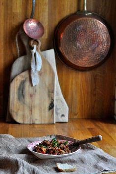 Danie jednogarnkowe z wołowiną, pieczoną marchewką, selerem, pomidorami, czosnkiem, cebulą, papryką z ziołami i soczewicą:   Makecookingeasier.pl