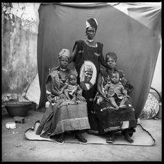 Photographie de Malick Sidibé, dans une famille Sarakoli à Mission Bamako, 1962. | Photo from Malick Sidibé, Sarakoli family at Mission Bamako, 1962.