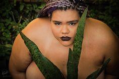 """As fotógrafas Alile Dara Onawale e Renata Martins criaram um ensaio para exaltar a beleza curvilínea e romper os estereótipos em relação a mulheres gordas. A modelo escolhida foi Jéssica Ipólito, do site Gorda e Sapatão, uma jovem negra, lésbica, com """"curvas, dobrinhas e cores que contam histórias""""."""