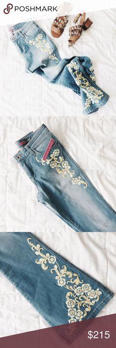 "ᴀʟɪᴄᴇ + ᴏʟɪᴠɪᴀ ʟɪɢʜᴛ-ᴡᴀsʜᴇᴅ ғʟᴀʀᴇ ᴅᴇɴɪᴍ Light-washed denim with yellow and golden embroidery. NWT and denim stretches for maximum comfort and style. This pair of denim has a chic-bohemian vibe and are meant for a very unique fashionista!   ‣89% ᴄᴏᴛᴛᴏɴ, 8% ᴘᴏʟʏᴇsᴛᴇʀ, 3% sᴘᴀɴᴅᴇx ‣ʟᴇɴɢᴛʜ: 42 1/2"" ‣ᴡᴀɪsᴛ: 28"" ‣ʜɪᴘs: 35"" ‣ɪɴsᴇᴀᴍ: 34"" ‣ғʀᴏɴᴛ ʀɪsᴇ: 8 1/2"" ‣ʟᴇɢ ᴏᴘᴇɴɪɴɢ: 11 1/2""   ✨Pet friendly home ✨Please ask questions before purchase ✨Reasonable offers welcomed ✨Bundle to save more Alice + Olivia…"