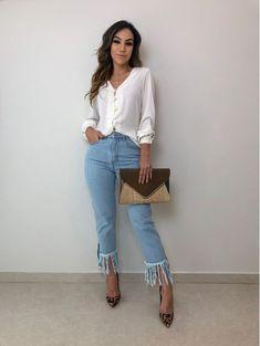 Look calça jeans cropped com a barra desfiada, camisa branca e scarpin de oncinha animal print. Casual Dresses, Casual Outfits, Fashion Dresses, Bad Girl Look, Look Star, Work Fashion, Fashion Design, Office Looks, Professional Outfits