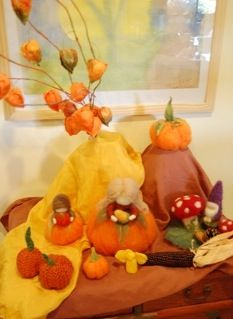 Autumn nature table at:http://mommychick.typepad.com/mommychick/nature-table---handwork/
