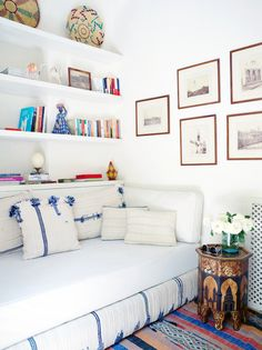 Idea for spare room, used infrequently. Turn a single guest bed into a day bed when it's not being used so you've got an extra spot to watch, read or just hang out. Creative Beds, Modern Daybed, Single Bedroom, Guest Room Office, Guest Bedrooms, Blue Bedrooms, Home Hacks, Small Rooms, Home And Living