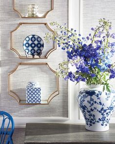 blue and white decor ideas Winter Home Decor, Winter House, Blue Willow Decor, Blue And White China, White Rooms, White Vases, Color Of The Year, White Decor, Pantone Color
