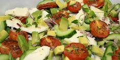 Lækker avocadosalat med sprød agurk, cremet mozzarella og små bagte tomater, som giver en mere intens men stadig mild tomatsmag.