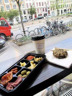 Kööpenhaminasta on tullut uusi trendikaupunki – monessakin mielessä. Ruokafanille Kööpenhamina on loputon herkkujen mekka, johon kannattaa tutustua huolella.