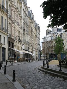 Place Dauphine  http://travideos.es/france/paris/top-videos/la_plaza_dauphine_de_paris_en_francia/7E7peNoTmkw