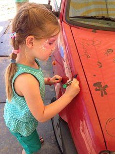 Je mag zelfs op een auto tekenen! #buitenspeeldag #Zevenaar #defonkelsteen. Woensdag 11 juni 2014. Via twitter @defonkelsteen