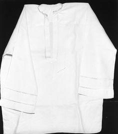 i.č. 11330 - košile mužská, bílé bavlněné plátno, vyšívaná ažura, zdobeno vyšívaným líčkem. Rozměry: d 82cm, koupě, stav dobrý, Rožnov pod Radhoštěm, 1925. Sbírka Valašského muzea v přírodě v Rožnově pod Radhoštěm