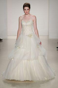 Pin for Later: Die 100 besten Hochzeitskleider der Brautmodenschauen Disney Fairy Tale Weddings by Alfred Angelo Herbst 2015 Die Schöne