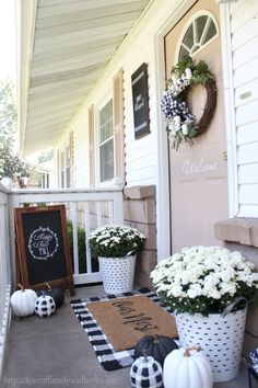 Black & White Fall Porch decorated with buffalo plaid rug, pumpkins, and wreath. - Haus Dekoration Black & White Fall Porch decorated with buffalo plaid rug, pumpkins, and wreath. Always aspired to figure out how to kni. Fall Home Decor, Autumn Home, Farmhouse Front Porches, Plaid Decor, House With Porch, Front Door Decor, Front Porch Fall Decor, Front Doors, Fall Porches