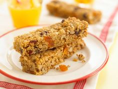 Annabel's Oat bars - The oats in these incredibly moreish flapjacks give a slow energy release for your child and the dried fruit is full of fibre. They will keep children going on busy days. These are also fun for children to make themselves. Baby Food Recipes, Baking Recipes, Snack Recipes, Sweet Recipes, Yummy Treats, Yummy Food, Sweet Treats, Flapjack Recipe, Kitchens