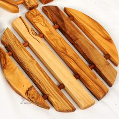 Wooden Round Trivet Hand Carved From Olive Wood. A truly unique handcrafted olive wood. A beautiful unique grains in each item that has been aged and treated with olive oil. Easy Small Wood Projects, Wood Projects That Sell, Wood Shop Projects, Woodworking Projects That Sell, Diy Wood Projects, Woodworking Crafts, Diy Wood Crafts, Woodworking For Kids, Woodworking Desk