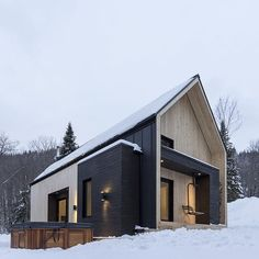This perfectly minimalist Canadian retreat is available for rent! Located in Charlevoix, Canada, the charming snowy villa is only 10 minutes away from Le Massif de Charlevoix ski resort. Developed by Cargo Architecture, the contemporary cottage is in Scandinavian Architecture, Scandinavian Modern, Modern Architecture, Sustainable Architecture, Architecture Journal, Scandinavian Cottage, Residential Architecture, Photos Free, Contemporary Cabin