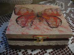 Drewniane pudełko o wymiarach 6x14x15cm, zdobione ręcznie techniką decoupage i farbami akrylowymi, wielokrotnie lakierowane na, wieczko nieznacznie błyszczące. Całość wykończona koronką w kolorze ecru.