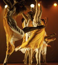 Começa hoje (12) a segunda edição da Mostra GiroDança, promovida pela Giro8 Companhia de Dança. A programação conta com oficinas, espetáculos nacionais e internacionais. As oficinas serão realizadas na Allegro Centro de Dança e as apresentações no Teatro SESI. Até sábado (15), o público poderá conferir espetáculos com a Companhia de Dança de Almada (Portugal), Contemporânea Ensemble (foto), Quasar Cia de Dança e Giro8. Lá no site www.arrozdefyesta.net você encontra a programação completa.