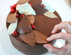 Learn how to adorn your fall wedding cake with edible, realistic-looking autumn leaves with this How to Make Chocolate Leaves tutorial. cakes chocolate How to Make Chocolate Leaves Cake Decorating Techniques, Cake Decorating Tutorials, Cookie Decorating, Decorating Cakes, I Love Chocolate, How To Make Chocolate, Cake Chocolate, Mint Chocolate, Chocolate Bowls