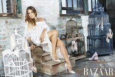 Actrice et les chaussures concepteur Sarah Jessica Parker, 52, alias 'Sex in the City' de TV Carrie Bradshaw, '38', favorise sa nouvelle gamme de chaussures dans le bazar de Harper
