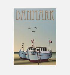 Fiskerbådene - Til dette billede har kunstneren bevæget sig ud af storbyen og over på den smukke, danske vestkyst hvor mange fiskere holder til. Fås i A5, 30x40 og 50x70.     Vissevasses plakater er tegnet i dyb kærlighed til det rene grafiske og simple udtryk. Ud over at have et alvorligt crush på mint-tyrkise farver og bløde pasteller, kommer inspirationen til farverne fra de Københavnske irrede kobber tårne, Art deco-perioden og den legendariske regnbueis.