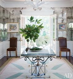 Peter Dunham design - mirrored entry hall of film producer Steve Tisch's 1932 Beverly Hills home - kind of a cool look ! Love the table! Inspiration Wand, Style Inspiration, Peter Dunham, Beverly Hills Houses, South Shore Decorating, Small Space Solutions, Mirror Tiles, Mirror Mirror, Entry Hall
