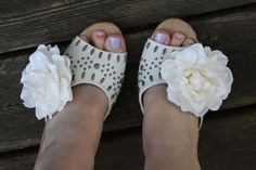Diy Corsage Shoe Clips  •  Free tutorial with pictures on how to make a sandal / flip flop in under 20 minutes