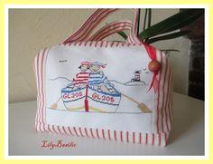 Valisette Petits Marins en bateau.. broderie point de croix... Rue du Port Rue Du Port, Stitches Wow, Quilted Bag, Tote Purse, Cross Stitching, Travel Bags, Couture, Needlework, Reusable Tote Bags