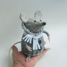 Мышь в пальто #мкпустельга  #бумажнаялоза Basket Weaving, Garden Sculpture, Arts And Crafts, Handmade, Gifts, Plastic, Paper Basket, Cool Crafts, Paper Crafts