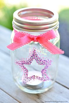 Mason Jar Crafts – How To Chalk Paint Your Mason Jars - Adjourna Mason Jar Crafts, Mason Jar Diy, Bottle Crafts, Mason Jar Lanterns, Mason Jar Flowers, Star Lanterns, Chalk Paint Mason Jars, Painted Mason Jars, Baby Jars