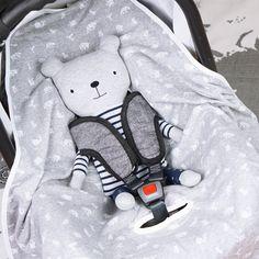 Diese kuschelige Decke für die Babyschale hält jedes Baby auf Reisen schön warm. Ihr erhaltet die Nähanleitung und das Schnittmuster jeweils als PDF-Datei.