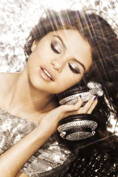 Selena Gomez makeup- this would be a perfect look for a holiday party!