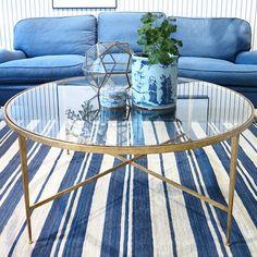 Soffbordet Lena är en stilfull klassiker som lyfter ett helt rum, från brittiska Vaughan. Underrede av förgyllt stål och skiva av glas. Just nu finns ett extra på lager för omgående leverans, 31.900kr. #roombutiken