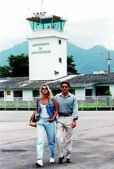Ayrton Senna e Adriane Galisteu, aeroporto de Jacarepaguá, Rio de Janeiro.