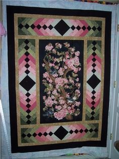 Quilts Made with Panels - Bing Images Colchas Quilt, Bargello Quilts, Patchwork Quilting, Quilting Projects, Quilting Designs, Fabric Panel Quilts, Fabric Panels, Wildlife Quilts, Quilt Boarders