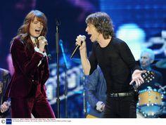 Habillée en costume en velours de soie bordeaux Ralph Lauren Collection, la chanteuse britannique Florence Welch a réalisé une incroyable performance hier soir aux côtés du légendaire Mick Jagger lors du passage des Rolling Stones à Londres, deuxième étape de leur tournée célébrant leur 50e anniversaire.