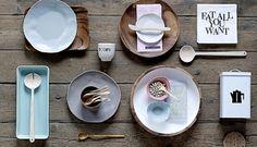 Geschirr und Accessoires in Holztönen und Pastell