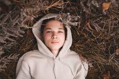 Η κυκλοθυμία και η εφηβεία πάνε μαζί, οπότε δεν εκπλησσόμαστε όταν οι έφηβοι θυμώνουν ξαφνικά και αμέσως μετά χαλαρώνουν. Κι όμως, αν είναι συχνά κυκλοθυμικοί, είναι λογικό να αρχίζουμε να αναρωτιόμαστε αν κρύβεται κάποια κατάθλιψη από πίσω. Αν και δεν βιώνουν όλοι οι έφηβοι μεταπτώσεις της διάθεσης, συμβαίνει σε αρκετούς εφήβους κατά τη διάρκεια αυτής της φάσης και πολλοί γονείς αναρωτιούνται αν είναι «φυσιολογικό» ή όχι. Τι δεν είναι αναμενόμενο από τη συμπεριφορά και τη διάθεση των… Age, Slums, 16 Year Old, Winter Hats, Hoodies, Stylish, Boys, Sweaters, Fashion