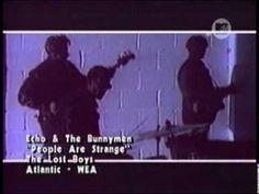 """echo & the bunnymen - people are strange(OFICIAL - THE LOST BOYS) Echo & the Bunnymen es una banda británica de post-punk formada en Liverpool en 1978. La formación original la constituían Ian McCulloch (ex Crucial Three), Will Sergeant y Les Pattinson, complementados por una caja de ritmos que muchos dedujeron que era """"Echo"""", aunque la banda siempre lo haya negado."""