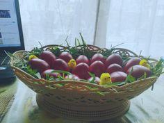 Coș cu ouă roșii