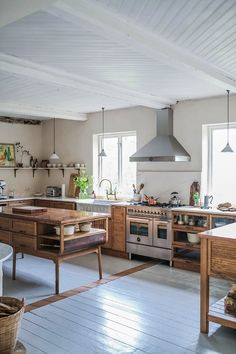 A vintage-looking DeVOL Haberdasher kitchen in a Swedish countryside Cottage - The Nordroom Beautiful Kitchens, Cool Kitchens, Dream Kitchens, Kitchen Dining, Kitchen Decor, Warm Kitchen, Kitchen Pantry, Dining Area, Kitchen Island