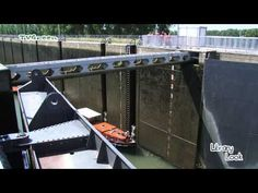 Maasbracht Sluizen: Schutten pleziervaart - YouTube