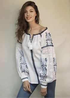 Белая женская вышиванка с голубыми розами и кружевом БЛ-078120