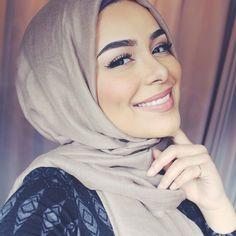Hijab scarf styles for mohajaba Style - Hijab Fashion and Chic Style Arab Fashion, Muslim Fashion, Modest Fashion, Hijabs, Beau Hijab, Habiba Da Silva, Hijab Makeup, Stylish Hijab, Hijab Collection