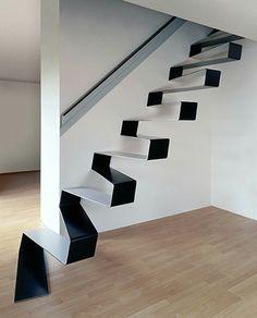 Le pli à plus grande échelle et son rapport au métal.  Escalier plié conçu par HCR, tôle métallique, 1cm d'épaisseur.
