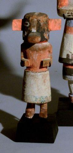 Badger Kachina Hopi, Arizona, U.S.A Circa 1930/40 Bois, pigments, carton (?) H: 14,5 cm Badger Kachina montre un masque noir pourvu d'un bec de canard. Le masque est partagé par une bande verticale blanche… - Eve - 15/12/2014