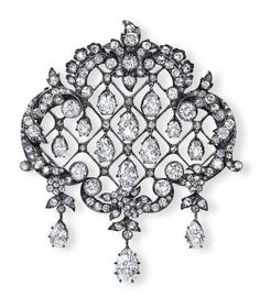 AN EDWARDIAN DIAMOND BROOCH/PENDANT Designed as an old European-cut diamond garland frame, centering upon a lattice-work panel suspending a series of graduated pear-shaped diamonds, mounted in platinum, (with pendant hoop for suspension), circa 1900s, 5.5 cm wide: