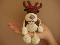 Colgante Reno Amigurumi - Reindeer Crochet Pattern free easily translated> copy paste to NOTEBOOK and save as/print Cute Crochet, Crochet Crafts, Crochet Baby, Crochet Projects, Crochet Winter, Holiday Crochet, Crochet Patterns Amigurumi, Crochet Dolls, Amigurumi Free