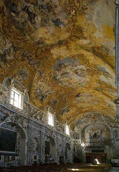 La ricca e bellissima navata barocca della chiesa di San Francesco a Mazara del Vallo, Sicilia