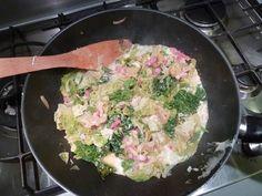 *Choux (vert) braisé*   Temps de préparation : 10 minutes  Temps de cuisson : 10 minutes    Ingrédients (pour 4 personnes) :  - 1 gros choux vert  - 1 oignon  - 1 barquette de lardons fumés  -un petit verre de vin blanc