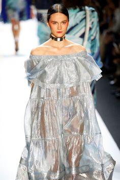 Vestido de invitada con volantes y transparencias. Diseño de Leonard.