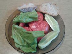 Dzień 2- śniadanie Chleb z sałatą, pomidorem i ogórkiem. Byłoby w 100% fit gdyby zamiast pszennego pieczywa było razowe, ale i tak zdrowo. Chyba lepiej niż batonik albo tłuste mięso? #fitfotowyzwanie